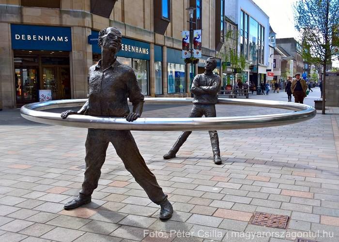 Perth szobor sétáló