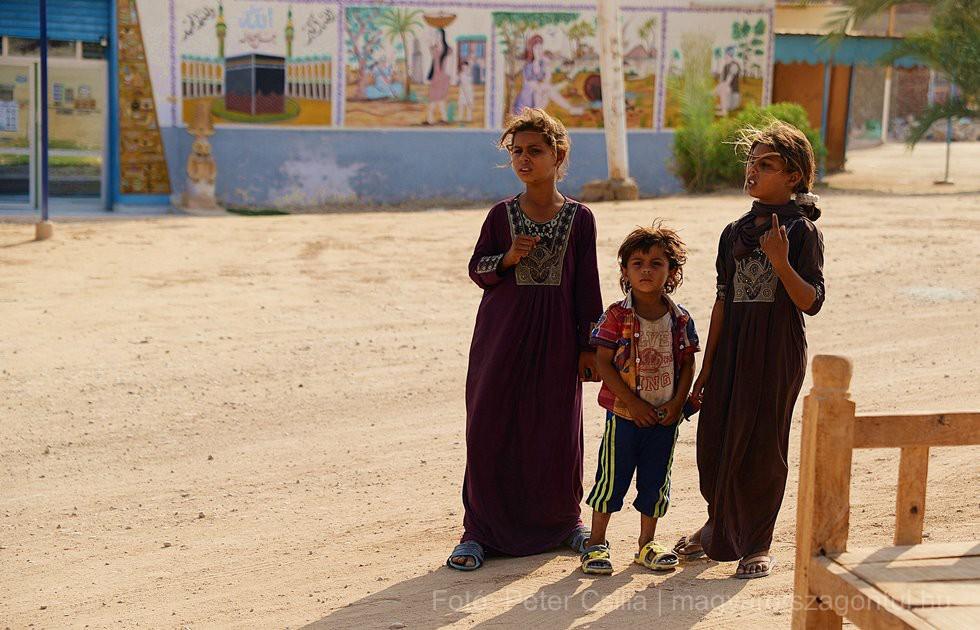 Kéregető gyerekek Luxor Egyiptom index
