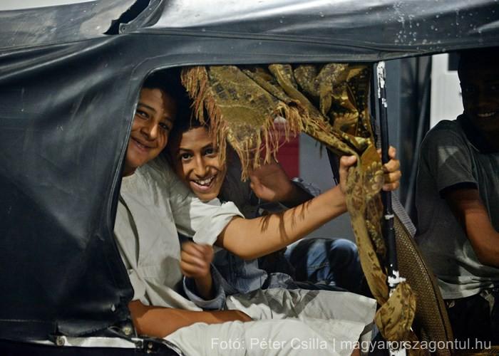 Tuktuk gyerekek benzínkút