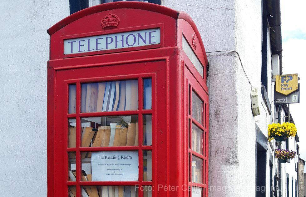 Könyvcserélő piros telefonfülke Skócia