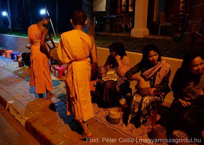 Alamizsna gyűjtés buddhista ceremónia