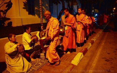 Alamizsna gyűjtés buddhista szerzetesekkel